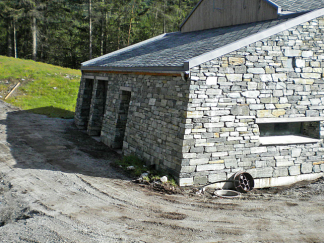 Løing av naturstein - Et hus som er satt opp av Rogaland Naturstein